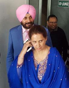 देखें तस्वीरें: निकाय मंत्री पद कार्यभार संभालने पत्नी के साथ पहुंचे सिद्धू