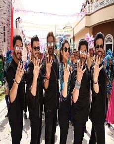 अजय देवगन पूरी टीम के साथ कर रहे 'गोलमाल-गोलमाल', देखें सेट से सीधी तस्वीरें