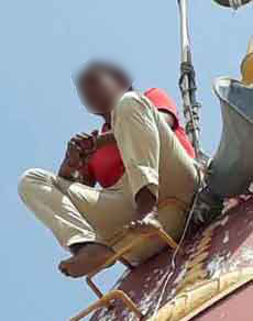 देखें तस्वीरेंः मंदिर के गुंबद पर चढ़ी महिला टीचर, जाने क्यों...