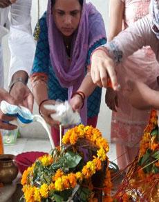 सावन के पहले सोमवार को मंदिरों में उमड़े श्रद्धालु, देखें तस्वीरें