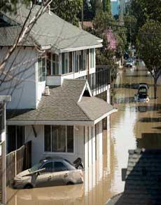 photos: कैलिफोर्निया में बाढ़ से जनजीवन अस्त-व्यस्त, 14000 लोगों का रेस्क्यू किया गया
