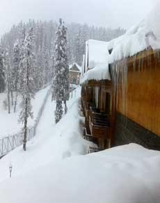photos: जम्मू-कश्मीर समेत कई पहाड़ी इलाको में बर्फबारी से गिरा तापमान