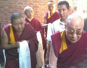 अंतरराष्ट्रीय बौद्ध सम्मेलन में हिस्सा लेने राजगीर पहुंचे दलाई लामा, देखें तस्वीरें