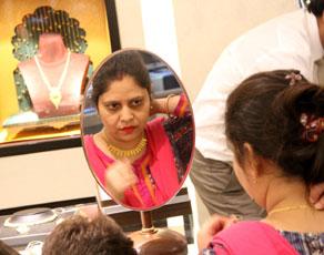 pics: हीरा नहीं, सोना पसंद करती हैं महिलायें, अक्षय तृतीया पर जमकर की खरीददारी
