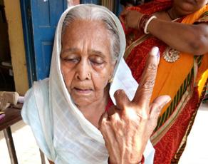 बिहार में हो रहे नगर निकाय चुनाव में बुजुर्गों ने दर्ज करायी अपनी उपस्थिति, देखें तस्वीरें...