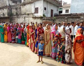बिहार में नगर निकाय चुनाव, बूथों पर उमड़े वोटर, देखें तस्वीरें...