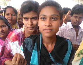 बिहार नगर निकाय चुनाव में देखते बना नये वोटरों का उत्साह, देखें तस्वीरें...