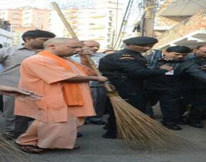 देखें तस्वीरें : लखनऊ में सीएम योगी आदित्यनाथ ने उठा ली झाड़ू, सफाई की