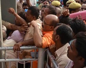 देखें तस्वीरें : गोरखपुर में सीएम के जनता दरबार में उमड़ी भारी भीड़