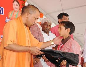 देखें तस्वीरें : गोरखपुर में मुख्यमंत्री योगी आदित्यनाथ