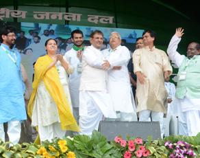 लालू की रैली में मंच पर एक साथ दिखे भाजपा विरोधी चेहरे, देखें तस्वीरें