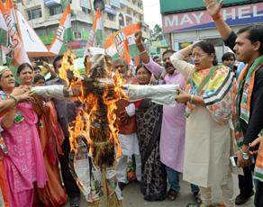 कांग्रेस उपाध्यक्ष राहुल गांधी पर हमले के विरोध में प्रदर्शन, देखें तस्वीरें...