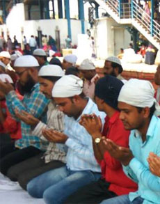दिल्ली-एनसीआर के लोगों ने अदा की जुमे की नमाज, देखें तस्वीरें