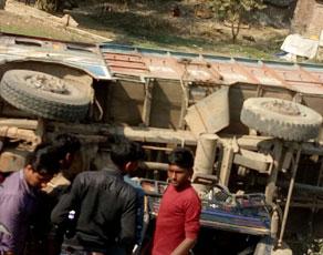बिहार: सड़क दुर्घटना में 10 लोगों की मौत, देखें तस्वीरें