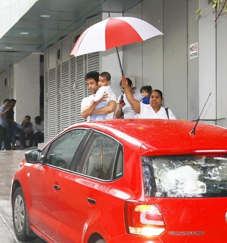 अभिनता तुषार कपूर बारिश में बेटे लक्ष्य को लेने पहुंचे स्कूल, देखें 10 तस्वीरें