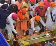 तस्वीरों में देखें-साजना दिवस पर सिख समुदाय के बीच योगी