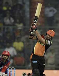 फिर गरजा युवी का बल्ला, दिल्ली के गेंदबाज घर में पस्त