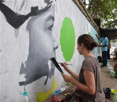कलाकार सजा रहे दीवार
