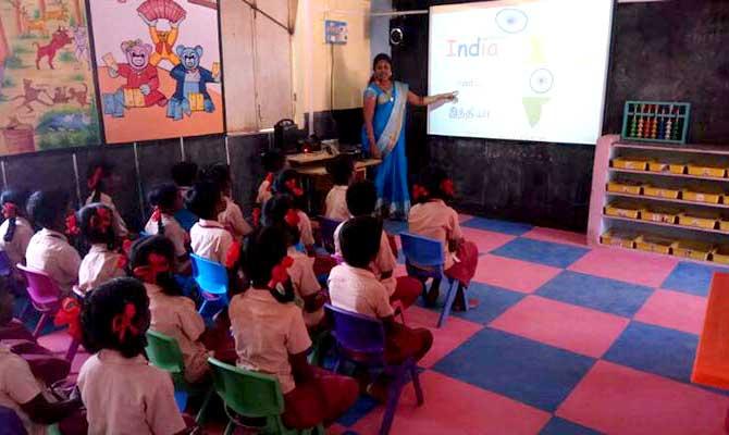 बच्चों को हाईटेक एजूकेशन देने के लिए इस सरकारी स्कूल टीचर ने बेच डाले अपने सारे जेवर!