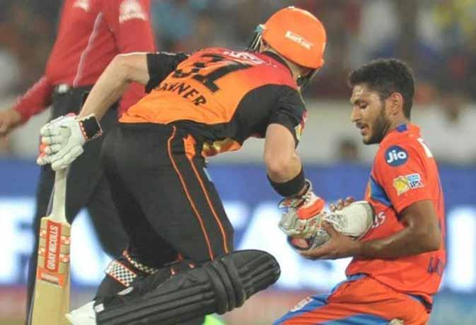 हार जीत से बड़े हैं  IPL 10 के ये लम्हे, जब बीच मैच में रैना ने चूमा ऋषभ का हाथ