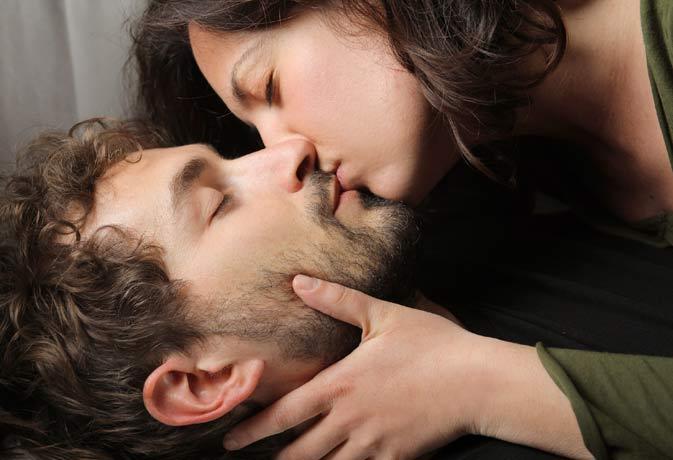 जानिए किसी को किस करते समय क्यों बंद हो जाती हैं आंखें