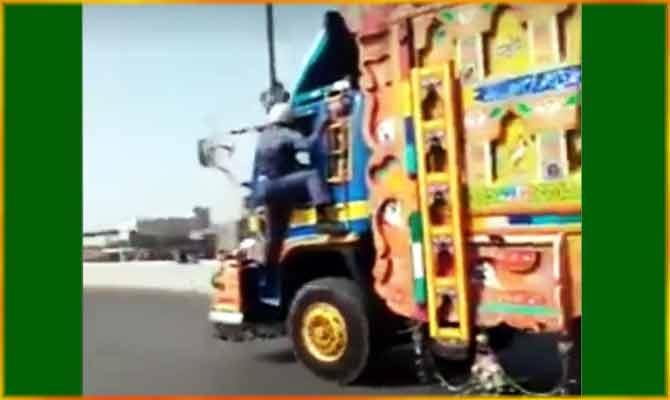 पाकिस्तानी ट्रैफिक ऑफीसर ने काम की खातिर दांव पर लगाई जान, वीडियो देख तरीफ कर रहा सारा जहान!
