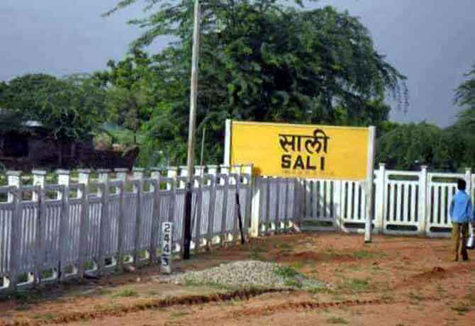 बीवी से लेकर साली और नाना से लेकर दीवाना तक सब की याद दिलाएंगे ये Railway Station!