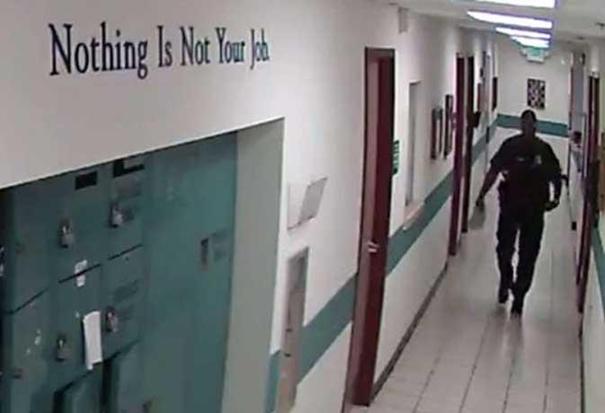 वायरल वीडियो : जब चूहे ने दौड़ा लिया इस पुलिस अफसर को