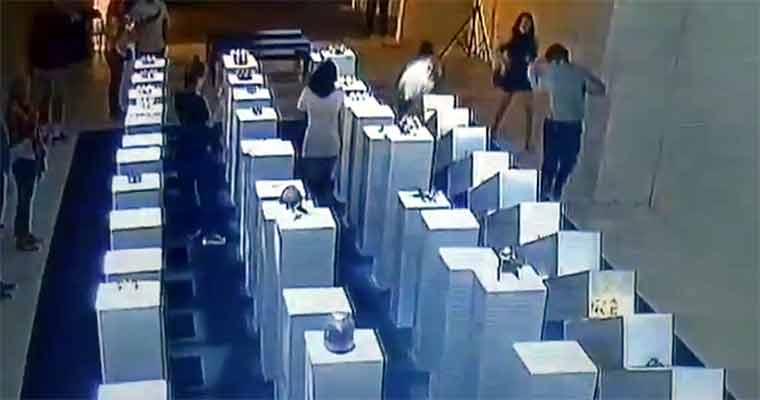 सेल्फी के चक्कर में इन मैडम ने बरबाद कर दीं सवा करोड़ की कलाकृतियां, देखें नजारा