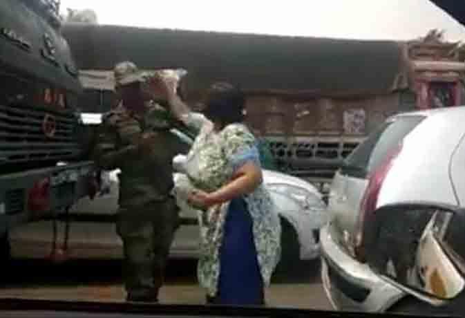 वायरल वीडियो : गुरुग्राम की महिला ने सेना के जवान को मारा थप्पड़