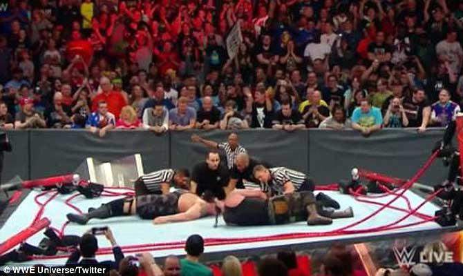 इन दो WWE रेसलर्स ने रिंग में की ऐसी पहलवानी कि पब्लिक हंस हंसकर लोट गई