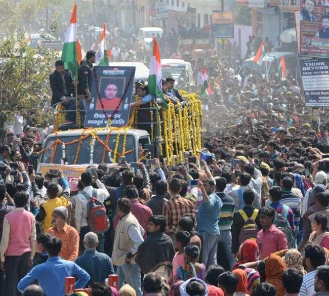 कश्मीर के बडग़ाम में शहीद दीपक पाण्डेय के अंतिम दर्शन को कानपुर में उमड़ा जनसैलाब