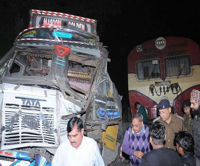 उत्तर प्रदेश में फिर तेज रफ्तार ट्रेन से टकराया ट्रक, अब तक दो लोगों की मौत