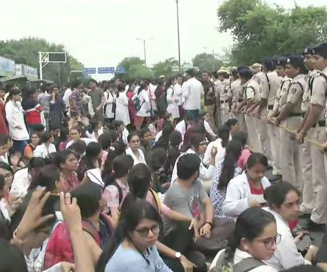 देशभर के रेजिडेंट डॉक्टरों की हड़ताल आज भी जारी, मेडिकल छात्रों ने किया विरोध प्रदर्शन