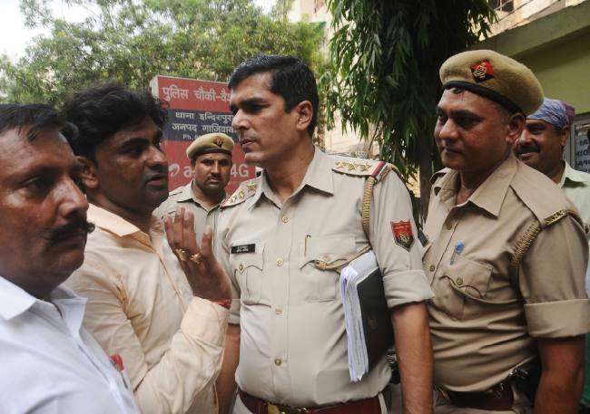 Image result for सिक्योरिटी गार्ड को गोली मारकर दो लुटेरे 50 लाख रुपये लूटकर हुए फरार