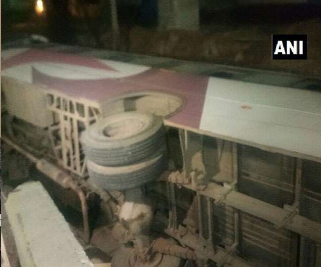 50 यात्रियों से भरी बस फ्लायओवर से नीचे लटकी, बस से कूद यात्रियों ने बचाई अपनी जान