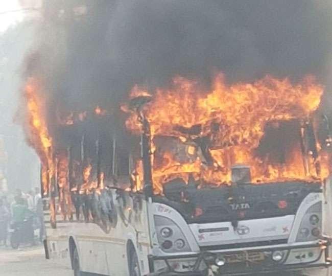 बस ने छात्र को मारी टक्कर, नाराज लोगों ने लगा दी आग