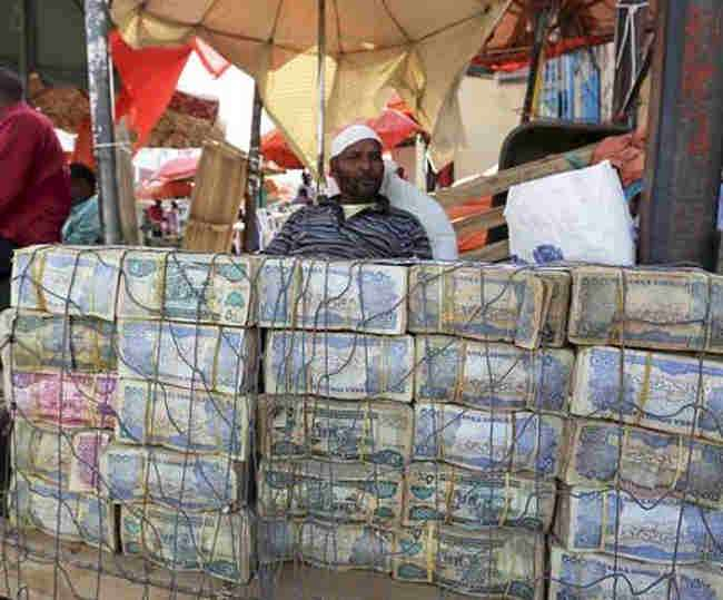 Image result for सोमालीलैंड में सड़कों पर नोटों के बंडल
