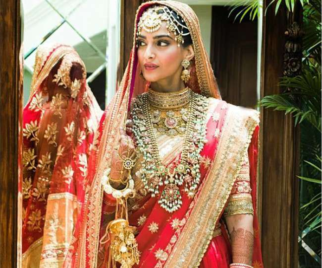 Image result for हाथों में कलीरे और लाल रंग के जोड़े में दुल्हन बनीं सोनम कपूर