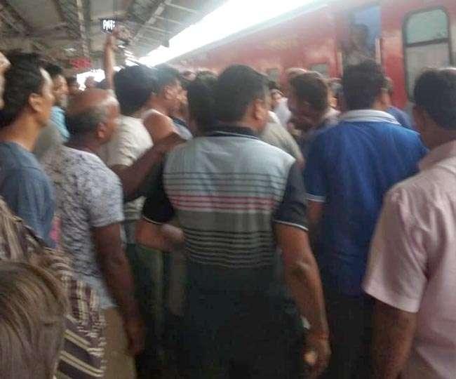 उदमपुर एक्सप्रेस में शौचालय के लिए न हाथ धोने को पानी, हंगामा Panipat News