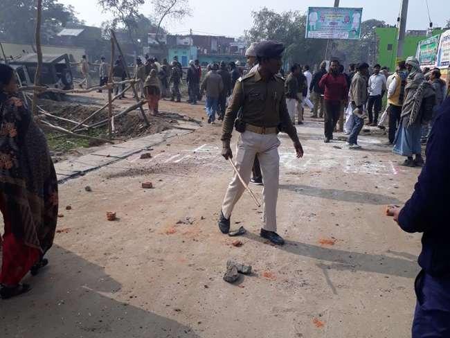 नीतीश कुमार के काफिले पर ग्रामीणों का हमला, बाल-बाल बचे मुख्यमंत्री
