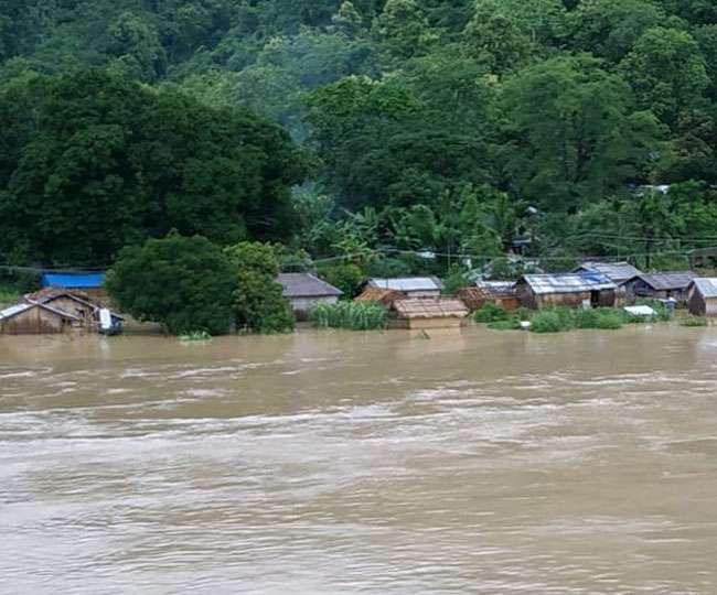 देशभर में आफत की बाढ़, पानी में डूबा एक पूरा गांव, उफान पर नदियां जान जोखिम में डालने को मजबूर लोग