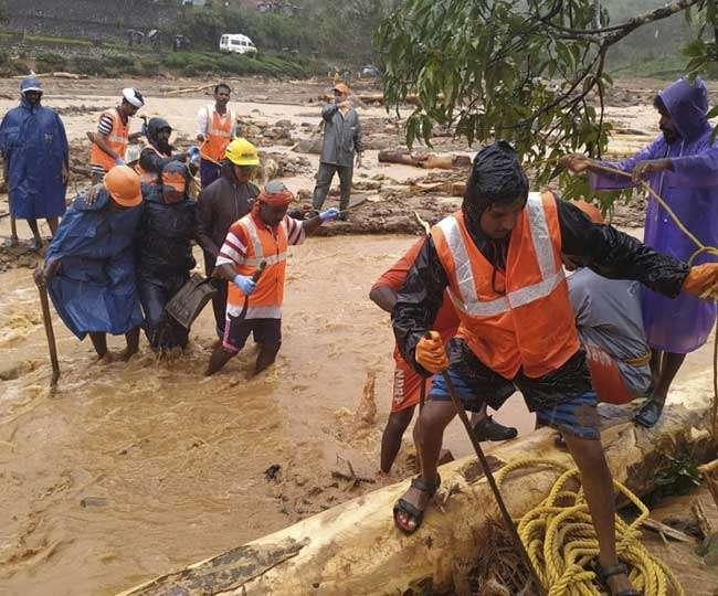 Kerala Flood: मौत के वक्त भी बेटे का हाथ कसकर थामे रही मां, दोनों शव देख रो पड़े बचावकर्मी