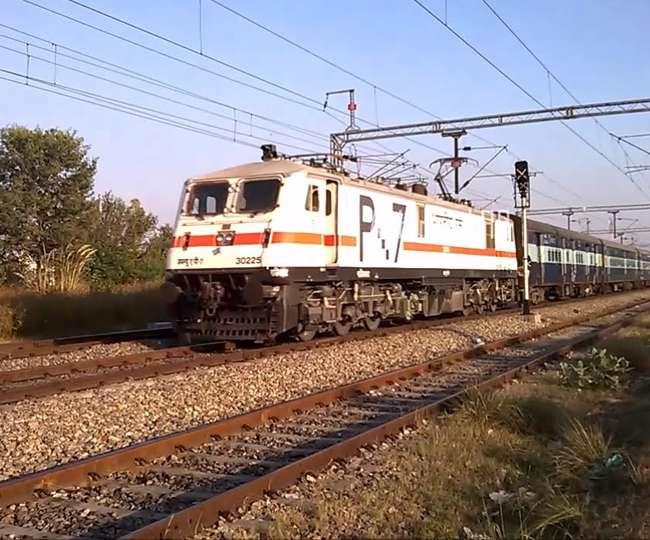 दिल्ली-हावड़ा रेल रूट पर ट्रेनों का गमनागमन घंटों प्रभावित