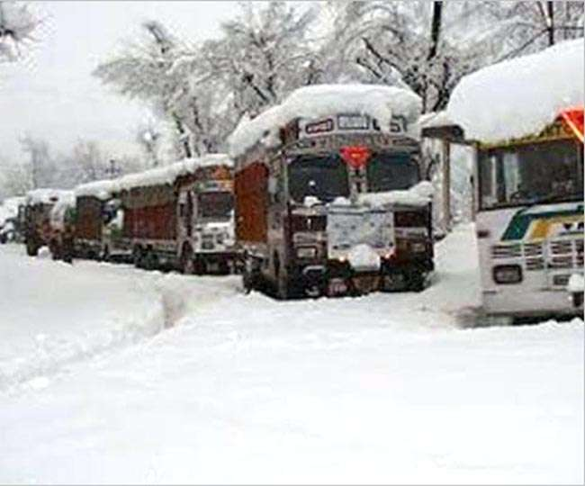 पहाड़ों पर बर्फबारी जारी, जम्मू-श्रीनगर हाईवे बंद, दिल्ली में ठंड घटी, प्रदूषण बढ़ा