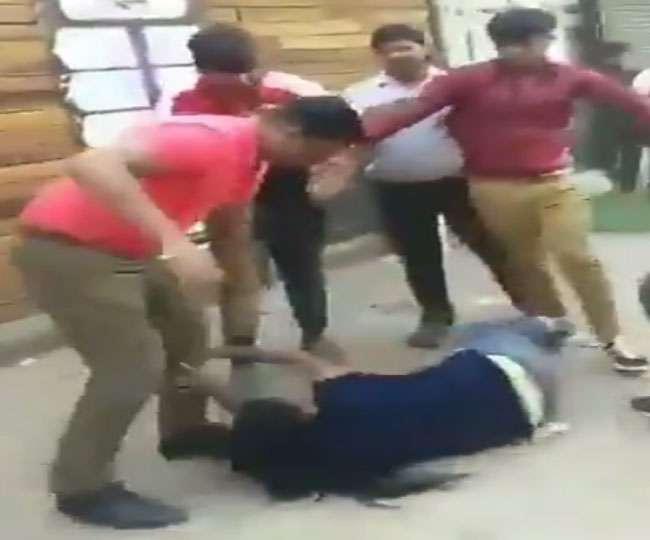 देखें तस्वीरें : यूपी के ग्रेटर नोएडा में युवती के साथ दरिंदगी, कुछ लड़कों ने सरेआम डंडों से पीटा