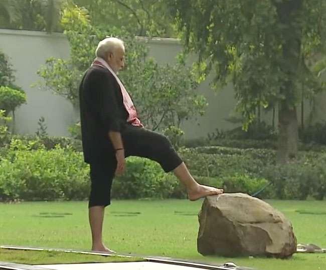 क्या आपने प्रधानमंत्री मोदी का पत्थर, लकड़ी, पानी, घास पर चलने वाला वीडियो देखा है?
