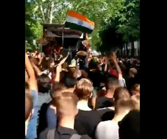 World Cup 2019: भारत की जीत पर लंदन में 'जिला टॉप लागेलू' गाने पर नाचने लगे अंग्रेज?
