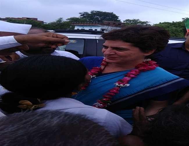 मिर्जापुर के नरायनपुर में भारी भीड़ देख रुकीं प्रियंका, महिलाओं ने किया स्वागत