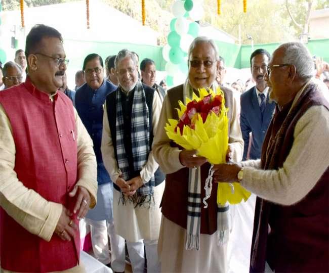 बिहार: मकर संक्रांति पर जुटे NDA नेता, चूड़ा-दही का जमकर चला सियासी भोज
